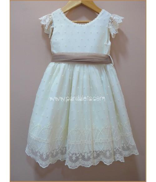 Vestido blanco roto y detalles en color arena