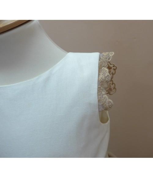 Blusa blanca cuello volante y puntilla